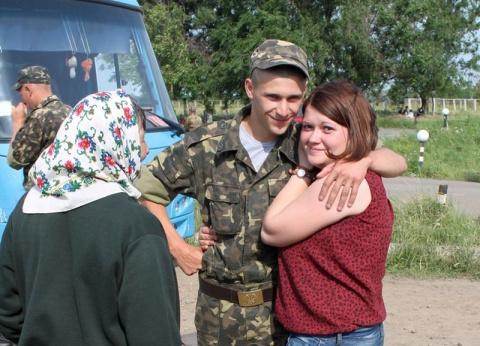 У кого есть родственники и близкие в Украине, вы ездите в Украину или общаетесь только перепиской или разговорами через интернет?