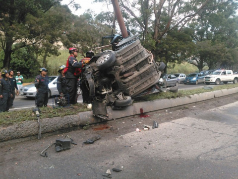 В столице Венесуэлы машина обняла столб