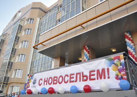 В городе Мирном военнослужащим вручили ключи от новых квартир