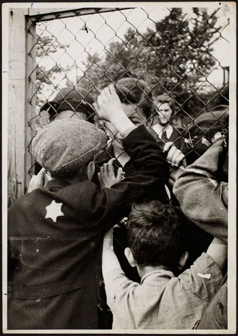 Он закопал эти фото из еврей…