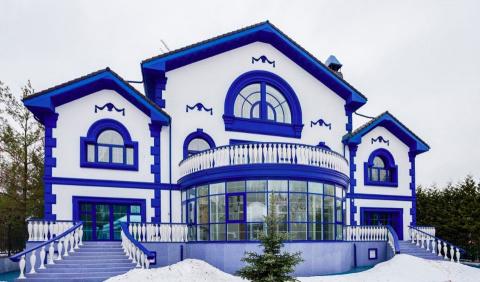 Расписанный под гжель дом в Мытищах с колоритным интерьером за 300 миллионов рублей