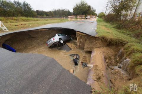 Провал грунта на трассе в США
