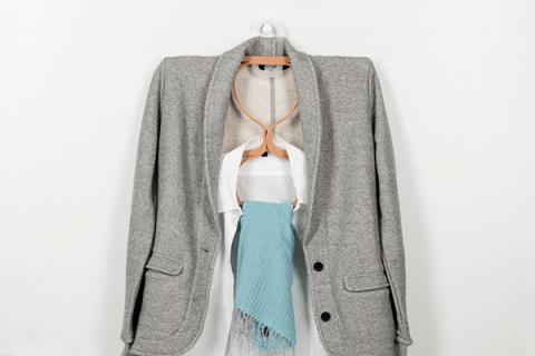 Наглядно проверить соответствие одежды и аксессуаров поможет вешалка