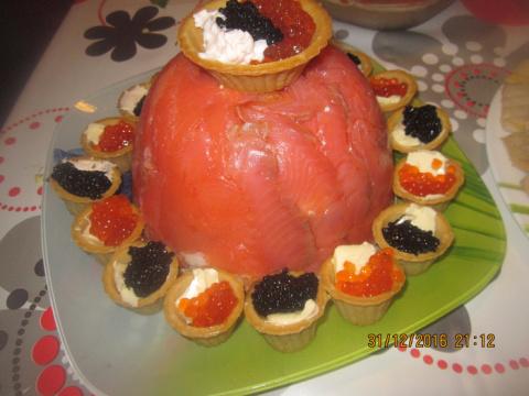 Крабовый слоёный салат с креветками и сёмгой