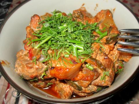 Почки в сметанно-томатном соусе с солеными огурцами
