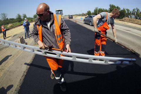 Здравствуй, яма. Дороги в России будут ремонтировать раз в 12 лет