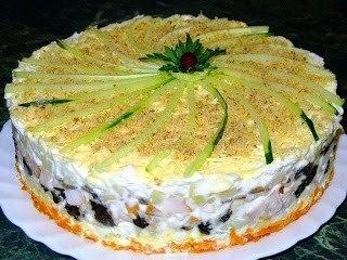 Слоеный закусочный торт с копчёной курицей, черносливом и шампиньонами.