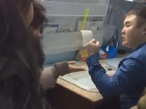 Видео: Агрессивный завбольницейизбил пациентку вЯкутии