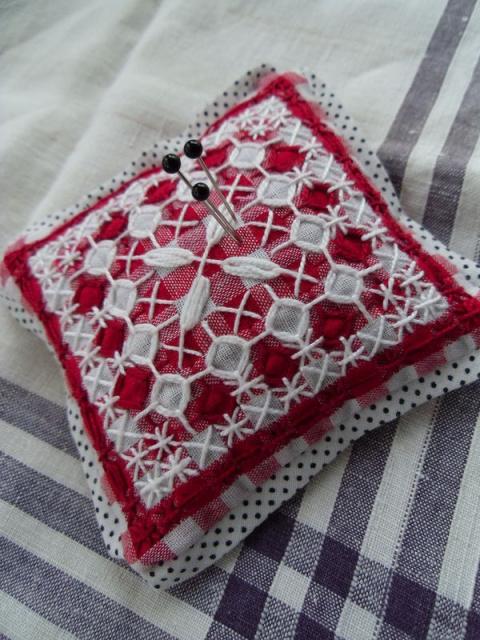 Вышивка на ткани в клетку