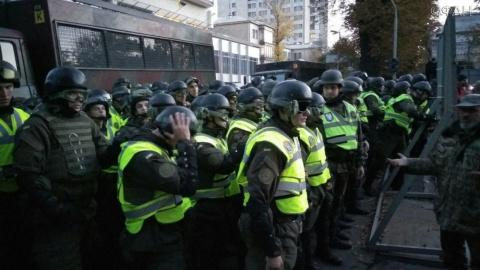 Полиция загнала митингующих …