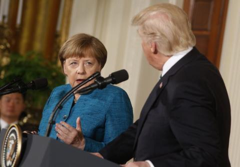 СМИ: Трамп не захотел пожимать руку Меркель