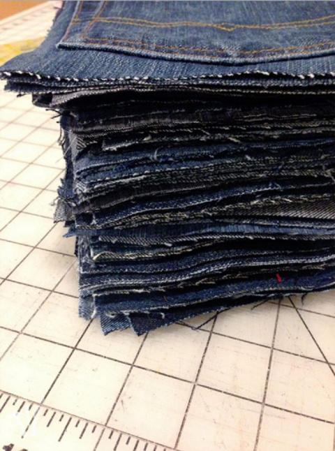 Она разрезала старые джинсы …