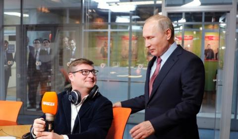 Ведущий одарил Путина обожаю…