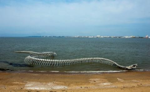 Скелет огромного морского змея на побережье реки Loire