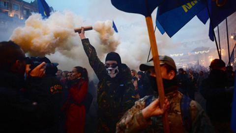 Крещатик в дыму: украинские нацисты прошли маршем со швабрами по Киеву
