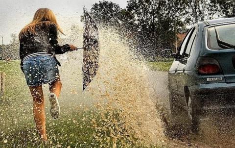 Машина обрызгала девушку, де…