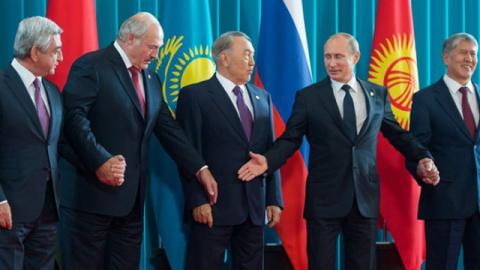 Должна ли Россия помогать соседям?