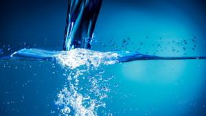 Те, кто пьет больше воды, ме…