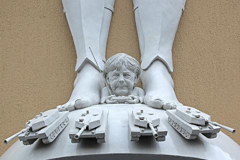 Каждая работа этого немецкого скульптура – скандал!