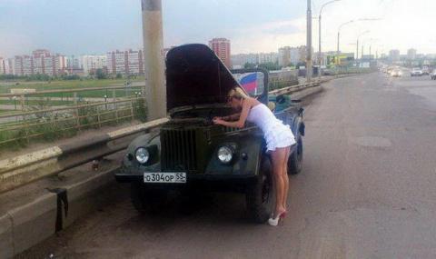 Непростые взаимоотношения девушек с автомобилями (43 фото)