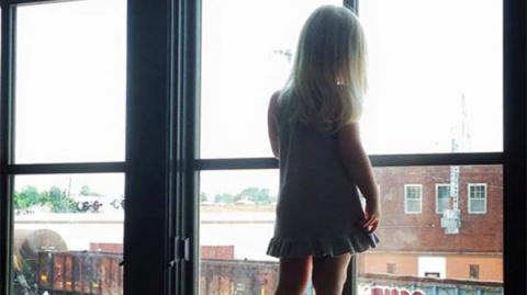 Девочка каждый день махала проводникам поездов. Через 3 недели они увидели на окне записку, которая разбила им сердце