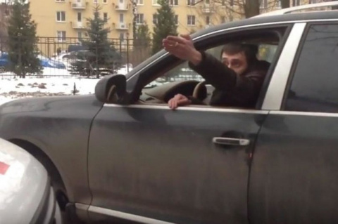"""Водителя Porsche преградившего дорогу """"скорой"""", избили у дома"""