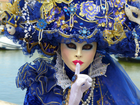 На Венецианском карнавале за…