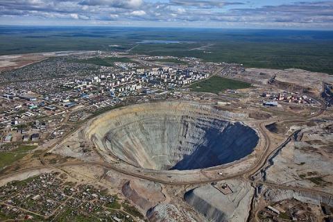Работникам рудника «Мир» предложили работу на ведущих предприятиях ДФО