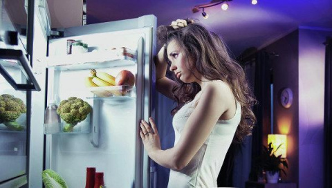 Она случайно закрылась в холодильнике.