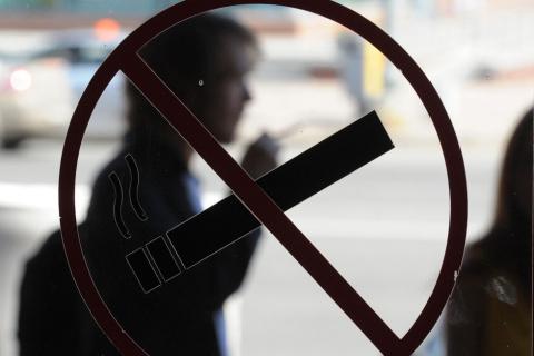 Курильщиков опять нагнули по полной