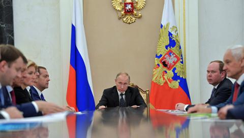 Российская экономика вышла из кризиса и набирает обороты, заявил Путин