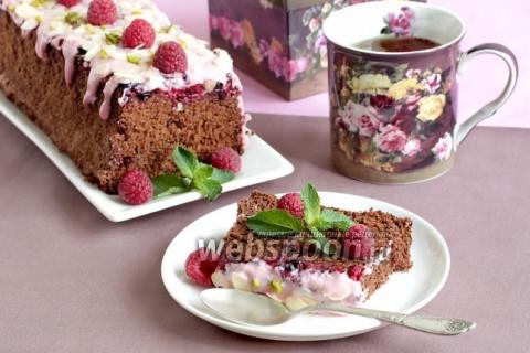 Шоколадная шарлотка с ягодами