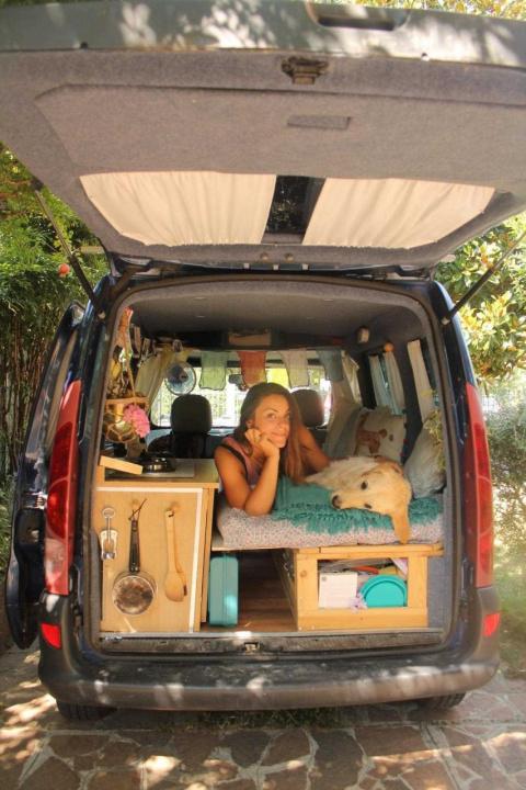 Эта девушка сама превратила фургон в мобильный дом для путешествий с собакой