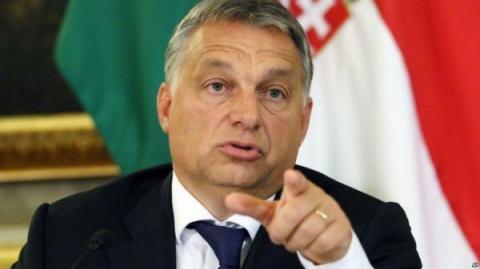 Венгрия затолкает свой флаг …