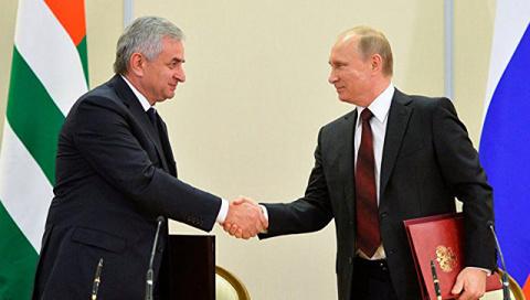 """Путин прибыл в Абхазию в годовщину начала """"пятидневной войны"""""""