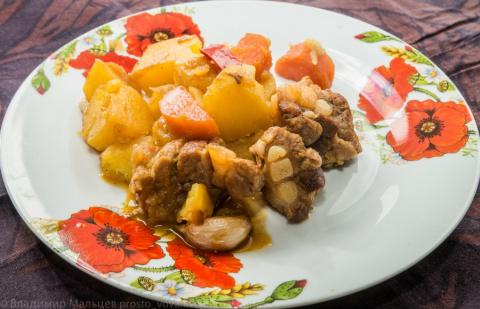 Тушеные свиные ребрышки с картофелем