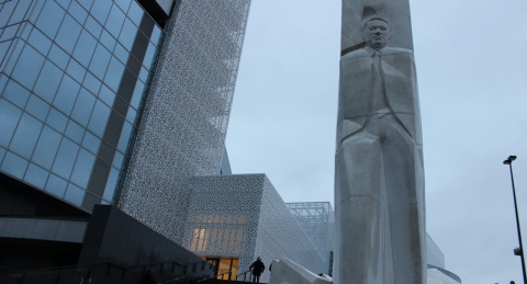 Кому ставят памятники в России.