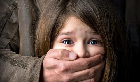 """""""Мальчик вдруг вцепился мне в руку с криком: «Помогите!»..."""" Как защитить ребенка от педофила"""