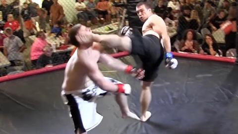 Боец ММА нокаутировал соперника первым же ударом