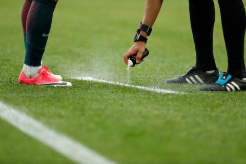 Футболист вытер ногу осудью…