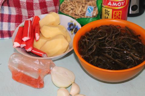 Суп постный  с морской капустой и крабовыми палочками