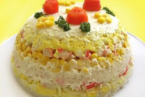 Салат-торт из риса с кукурузой