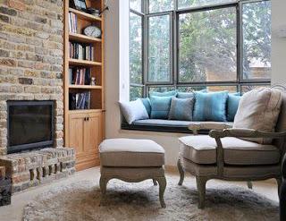 Подоконник-диван в дизайне интерьера