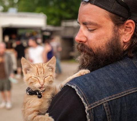 Байкер спас раненого котенка…