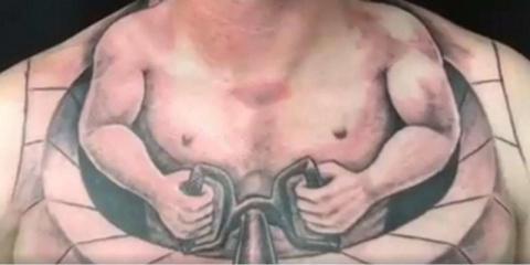 Дальнобойщик ради шутки набил нелепую тату и на следующий день стал знаменитым