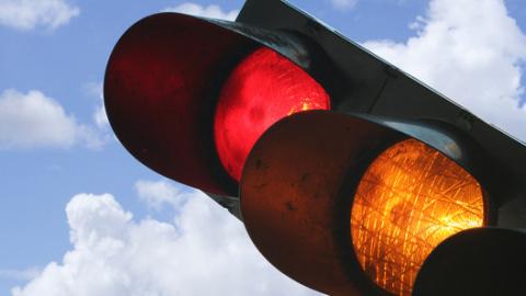 Госдума отказалась смягчать ответственность за проезд на красный свет