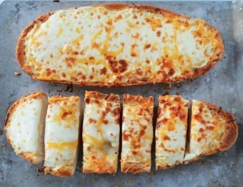Чесночный хлеб с сыром - самый простой и вкусный завтрак!