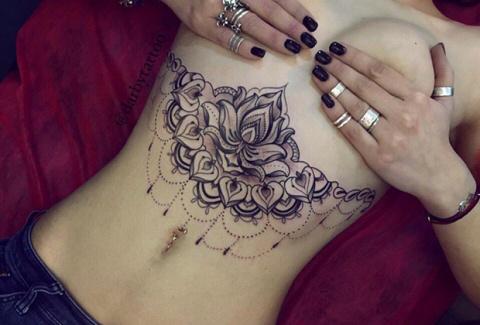 «Девушки легче переносят боль». Раскрыты тайные смыслы женских татуировок