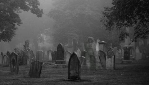 Призрак на ночном кладбище (видео)