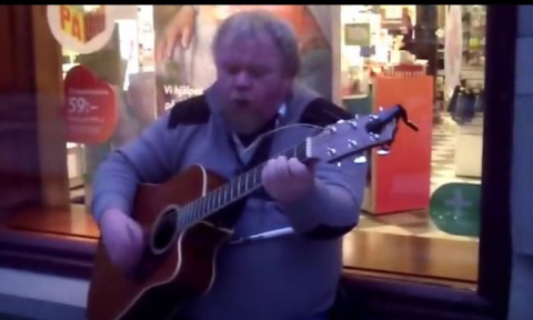 Уличный музыкант великолепно…